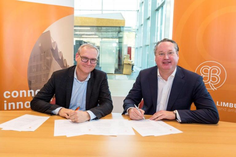 Tys van Elk (LIOF) en Stephan Satijn (Gemeente Venlo namens Crossroads Limburg) ondertekenen de samenwerkingsovereenkomst